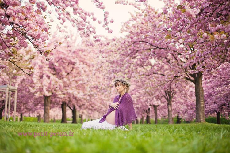 femme enceinte et cerisiers en fleurs au par de sceaux