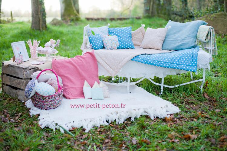 Atelier séance photo mise en scène avec un lit en fer forgé