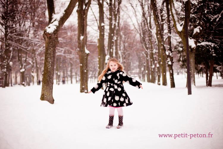 Eline : séance photo enfant dans la neige, Paris