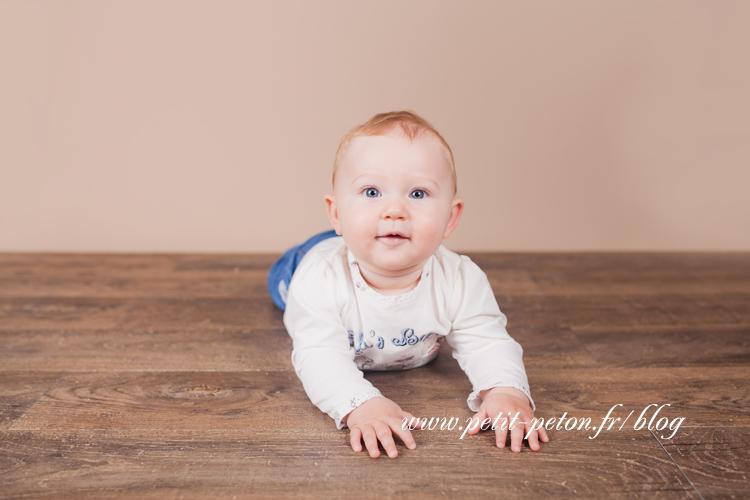 Photographe de bébé studio Paris – Clara, 7 mois