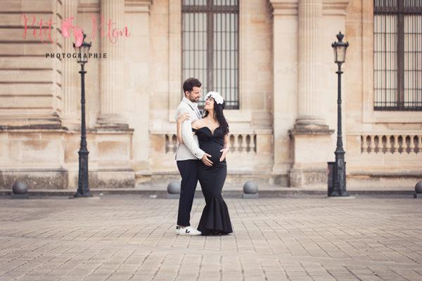 Séance photo femme enceinte Paris au Louvre et aux Tuileries